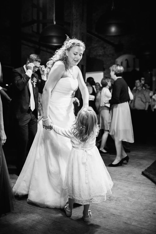 Braut tanzt mit ihrer Nichte. Hochzeitsfotograf Osnabrück Hochzeit im Beverland Resort.