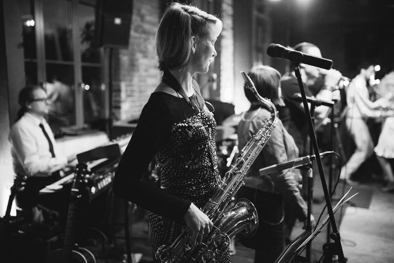 Foto von der Brand. Im Vordergrund eine Saxophonspielerin. Hochzeitsfotograf Osnabrück Hochzeit im Beverland Resort.