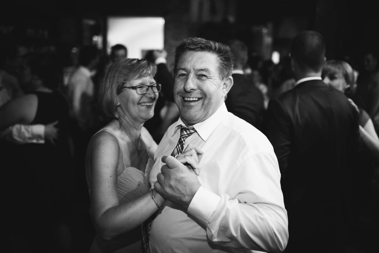 Tanzende Brauteltern auf der Hochzeit. Hochzeitsfotograf Osnabrück Hochzeit im Beverland Resort.