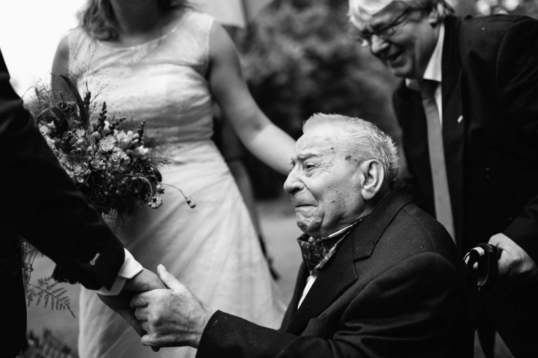 Weinender Großvater bei der Grautlation der Braut.