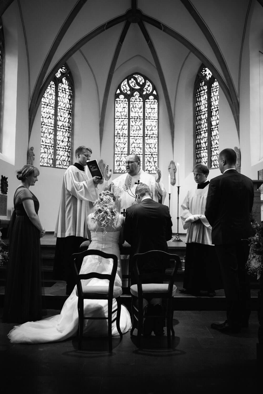 Zeremonie in der Kirche. Brautpaar Kniet vor dem Altar.