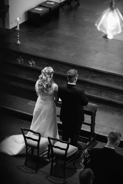 Brautpaar am Altar in der Kirche.
