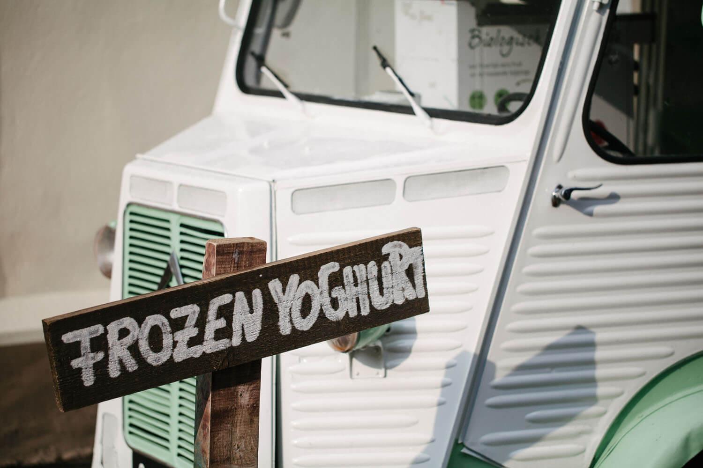 Nahaufnahme vom Frozen Yoghurt Wagen. Hochzeitsfotograf Osnabrück - Hochzeit von Maren und Kort