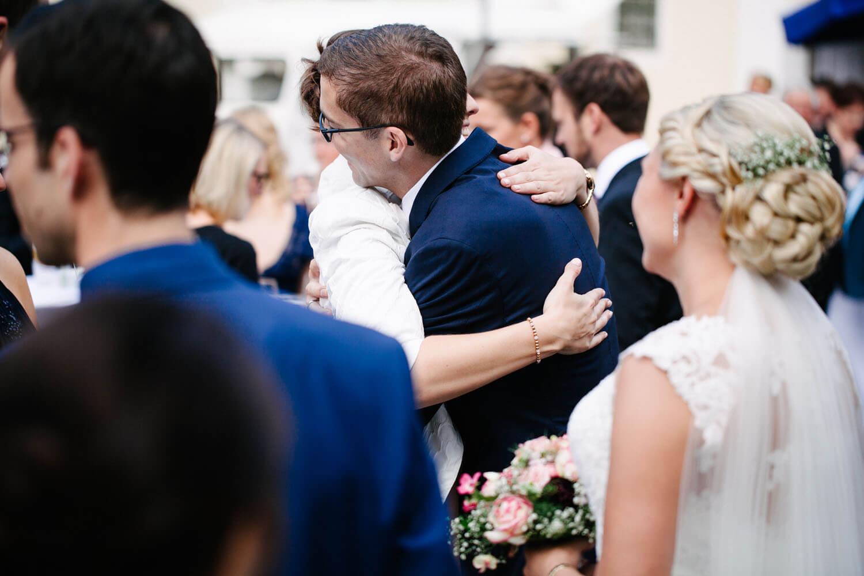 Hochzeitspaar bedankt sich bei den Gästen.