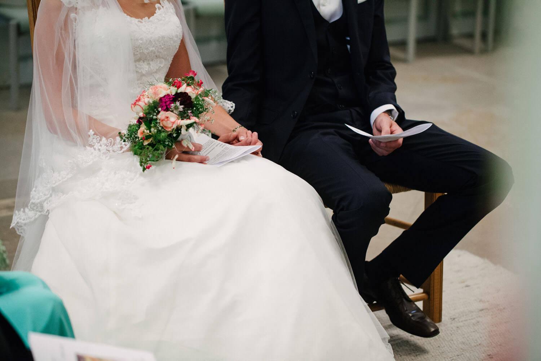 Hochzeit von Maren und Kort - Nahaufnahme des Brautpaares bei der kirchlichen Trauung.