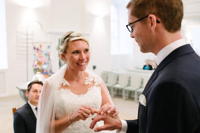 Braut steckt dem Bräutigam den Ehering an. Hochzeitsfotograf Osnabrück - Hochzeit von Maren und Kort