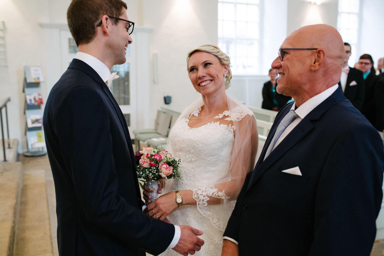 Braut wird vom Bräutigam in Empfang genommen. Hochzeitsfotograf Osnabrück - Hochzeit von Maren und Kort