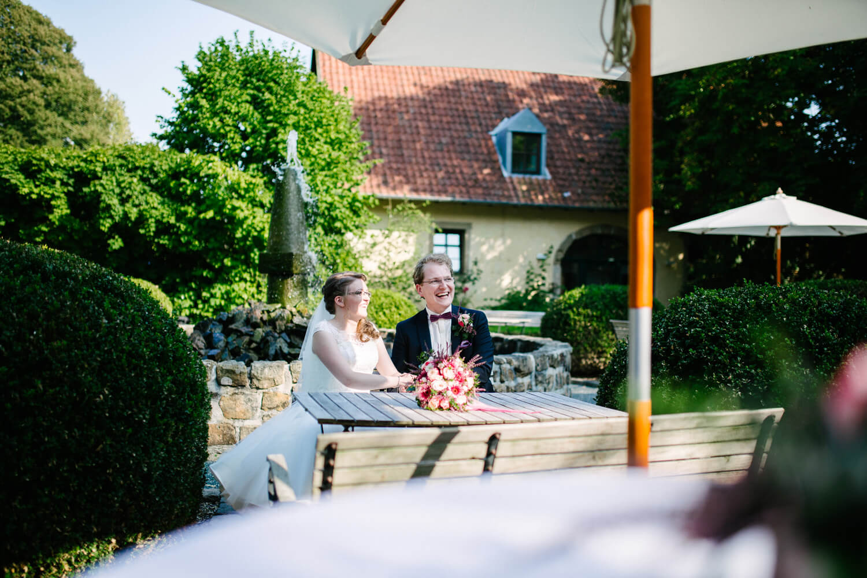 Lachendes Brautpaar am Jagdschloss Habichtswald.