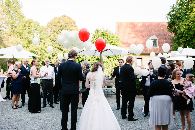 Brautpaar während des Sektempfangs.