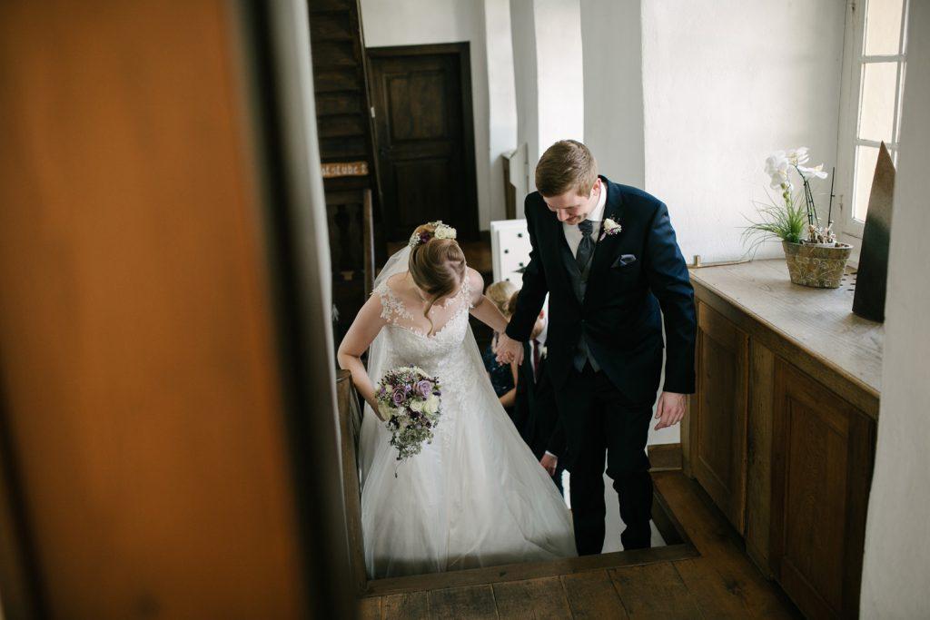 Brautpaar betritt das Standesamt.