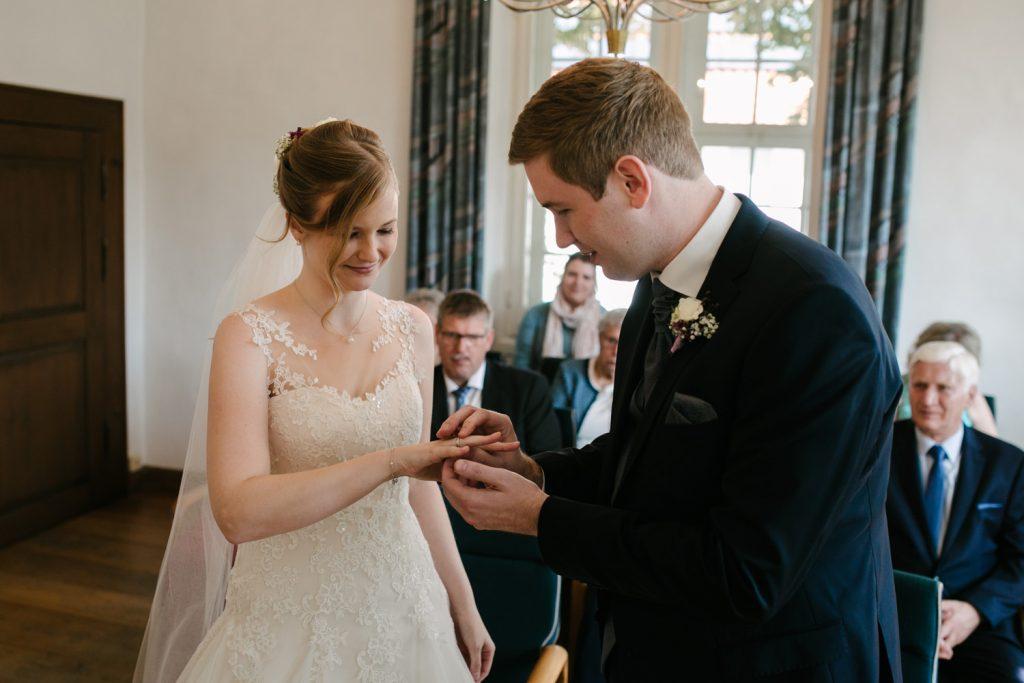 Bräutigam übergibt seiner Braut den Brautring.
