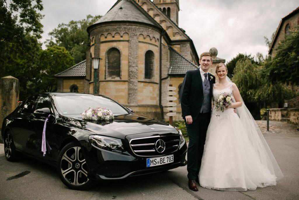 Brautpaar mit Mercedes vor dem Kloster.