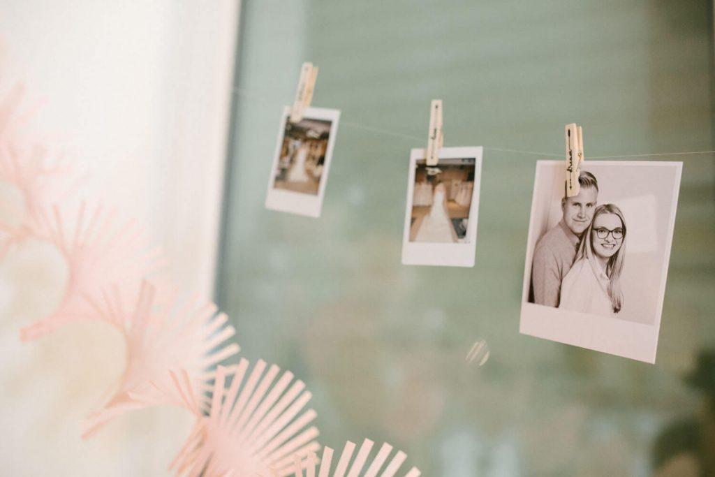 Polaroids vom Brautpaar an einer Schnur.