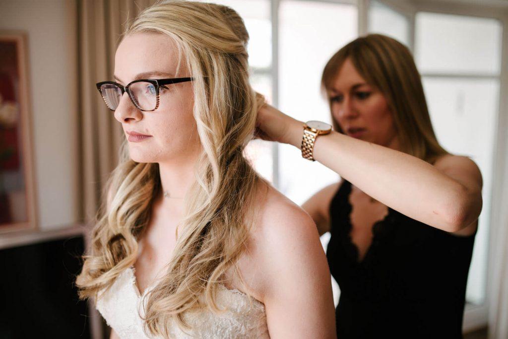 Trauzeugin hilft der Braut beim Getting Ready