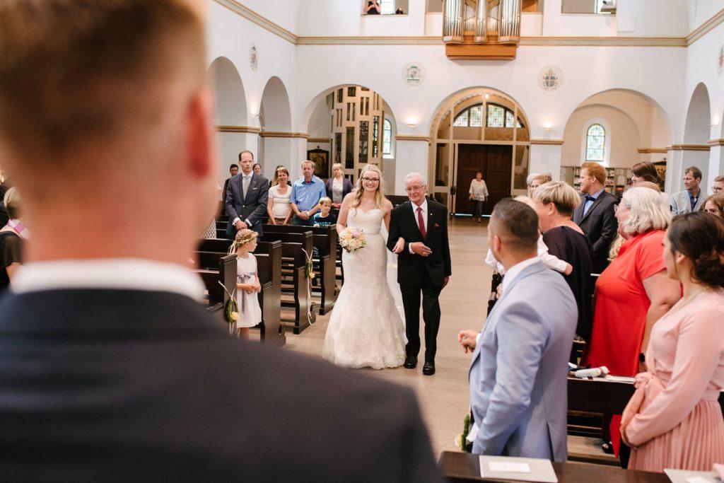 Braut zieht mit ihrem Vater in die Kirche ein