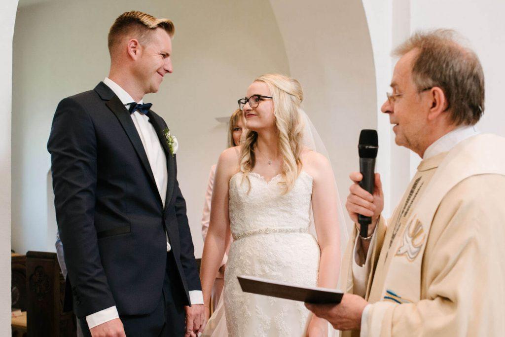 Sohn der Brautpaares bringt die Ringe an den Altar.