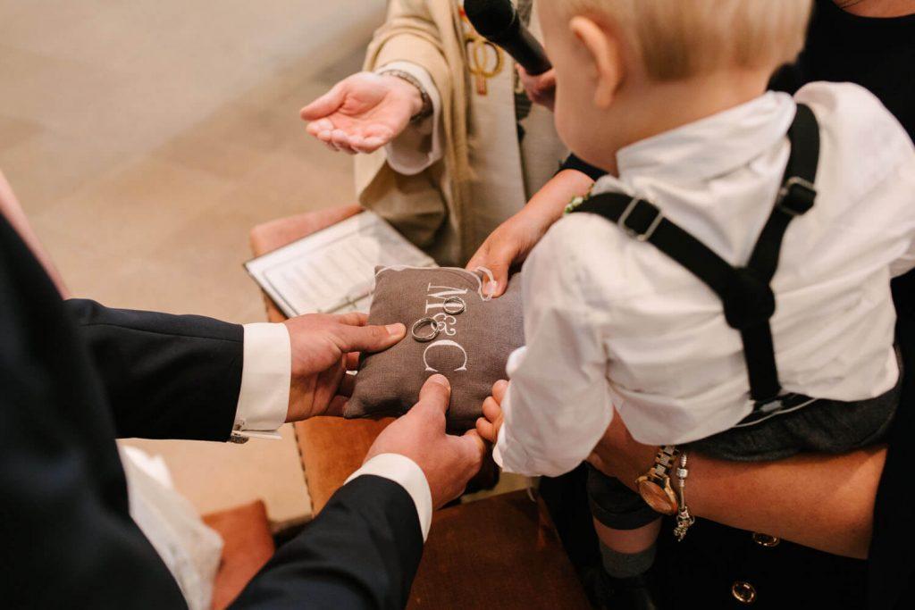 Ringübergabe in der Kirche.
