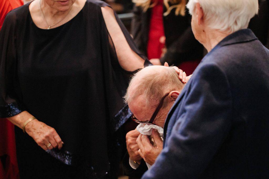 Weinender Großvater während der Hochzeitszeremonie