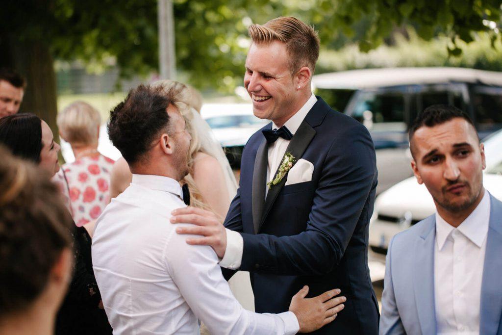 Gäste gratulieren dem Bräutigam