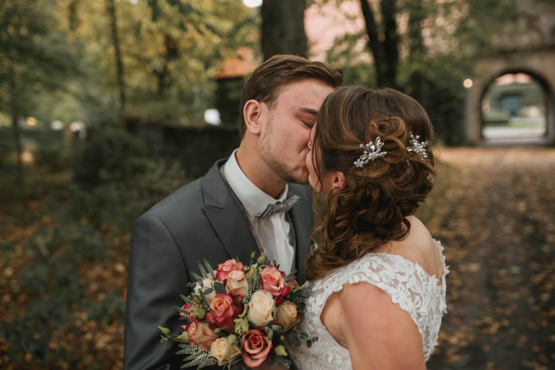 Küssendes Brautpaar beim Fotoshooting.