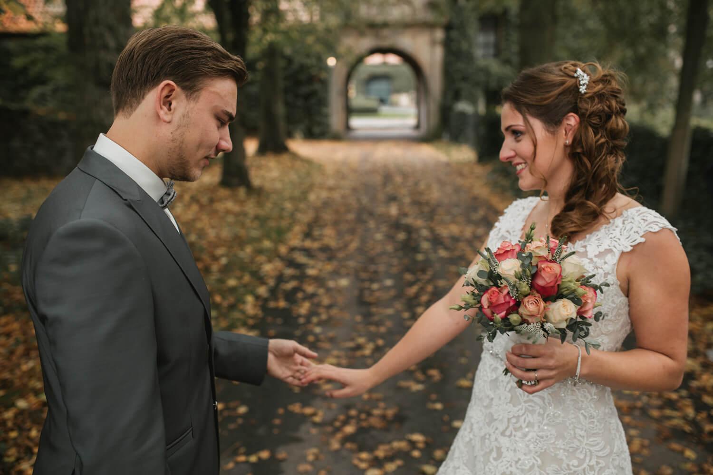 Bräutigam schaut die Braut begeistert an.