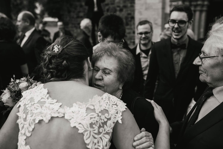 Großeltern gratulieren der Braut.