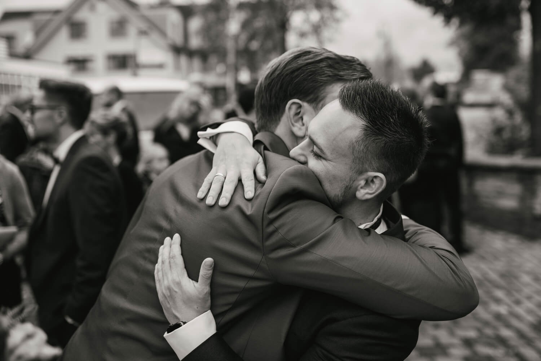 Bruder gratuliert dem Bräutigam.