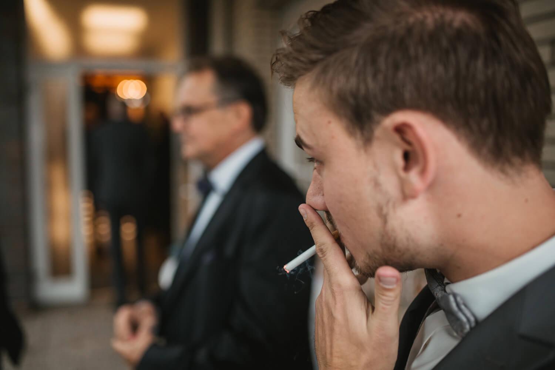Rauchender Bräutigam.