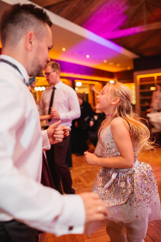 Tanzende Gäste auf der Hochzeitsfeier.