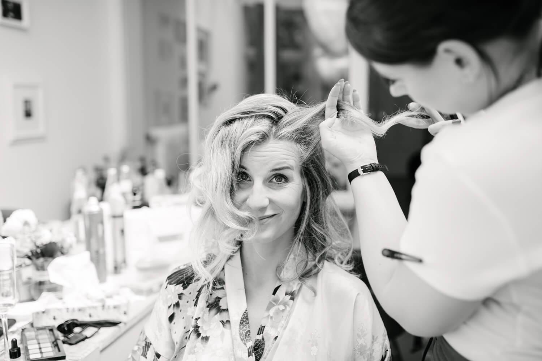 Der Braut werden die Haare gestylt. Hochzeitsfotograf aus Bremen.