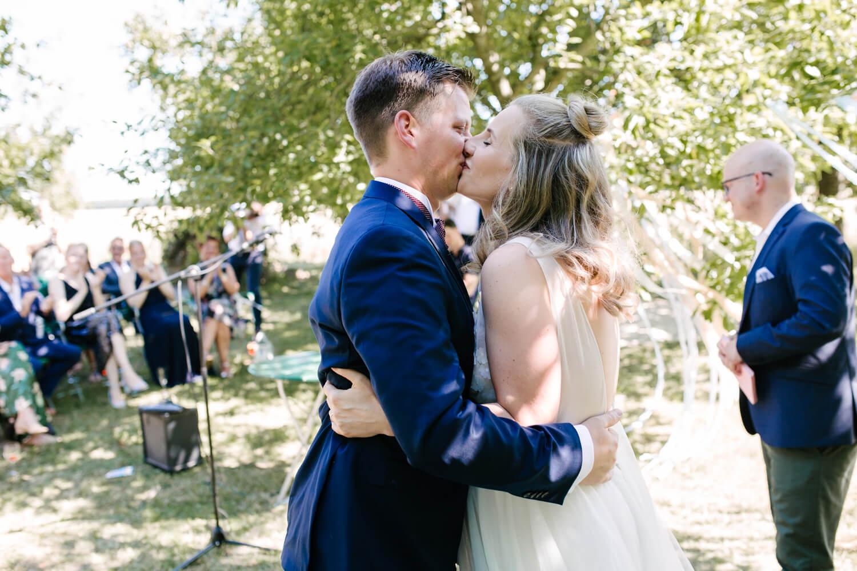 Hochzeitskuss während der freien Trauung.