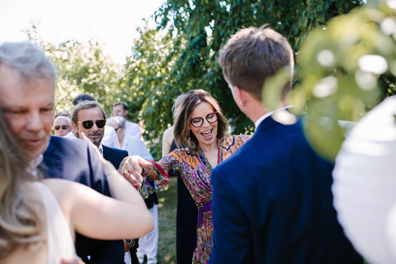 Gäste beglückwünschen das Brautpaar. Hochzeitsfotograf aus Bremen.