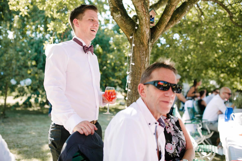 Bräutigam unterhält sich mit seinen Gästen. Hochzeitsfotograf aus Bremen.