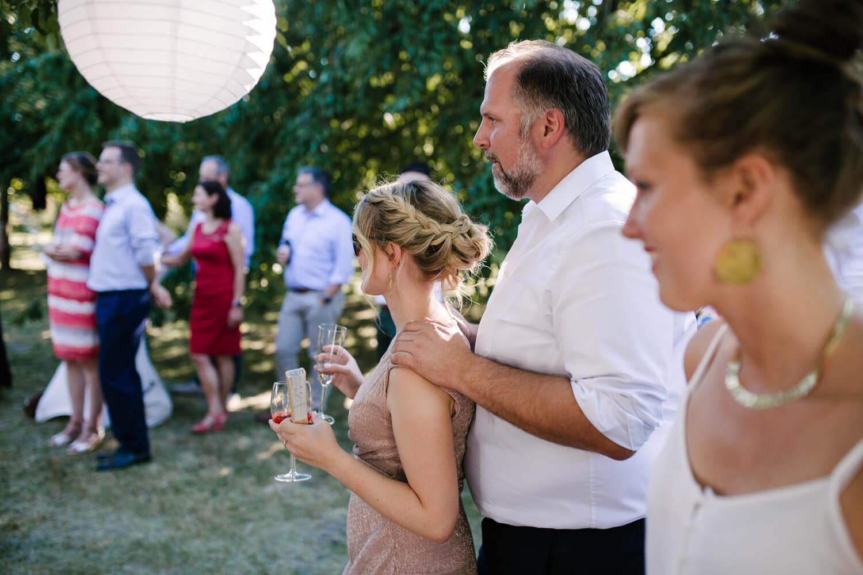 Gäste hören der Rede des Bräutigam gespannt zu. Hochzeitsfotograf aus Bremen.