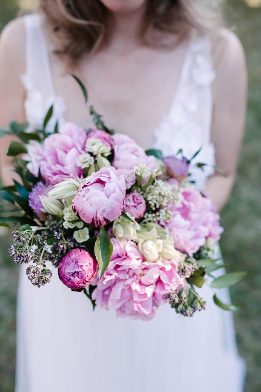 Nahaufnahme des Brautstraußes der Braut. Hochzeitsfotograf aus Bremen.