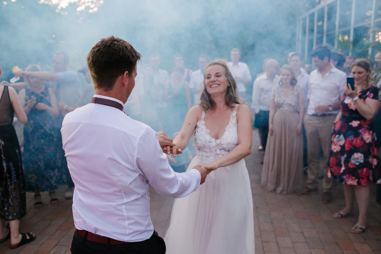 Tanzendes Brautpaar. Hochzeitsfotograf aus Bremen.
