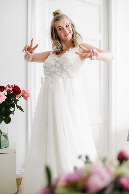 Braut im Hochzeitskleid beim Getting Ready. Hochzeitsfotograf aus Bremen.