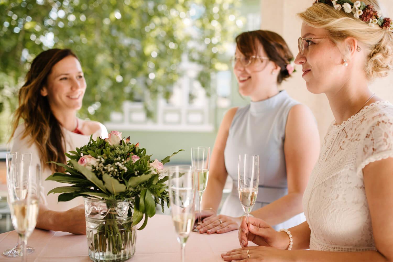 Trauzeugin unterhält sich auf Balkon mit der Braut. Hochzeit Standesamt Osnabrück.