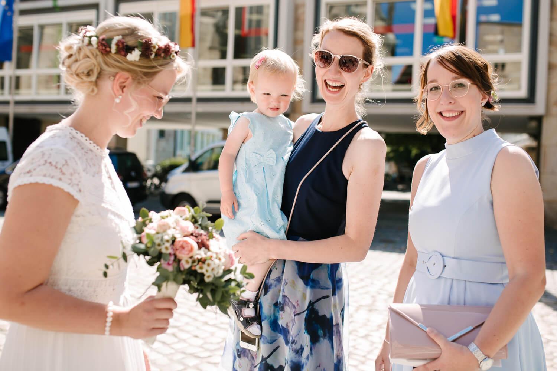 Braut unterhält sich mit Gästen vor der Stadtwaage in Osnabrück.