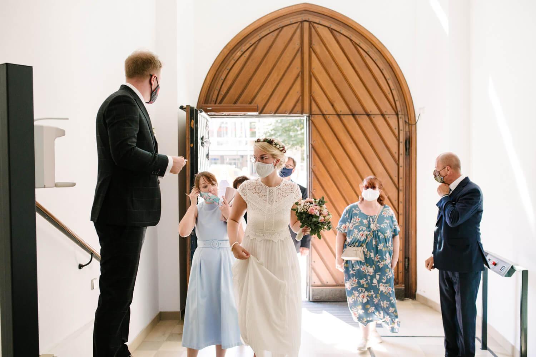 Brautpaar und Eltern betreten das Standesamt. Hochzeit Standesamt Osnabrück.