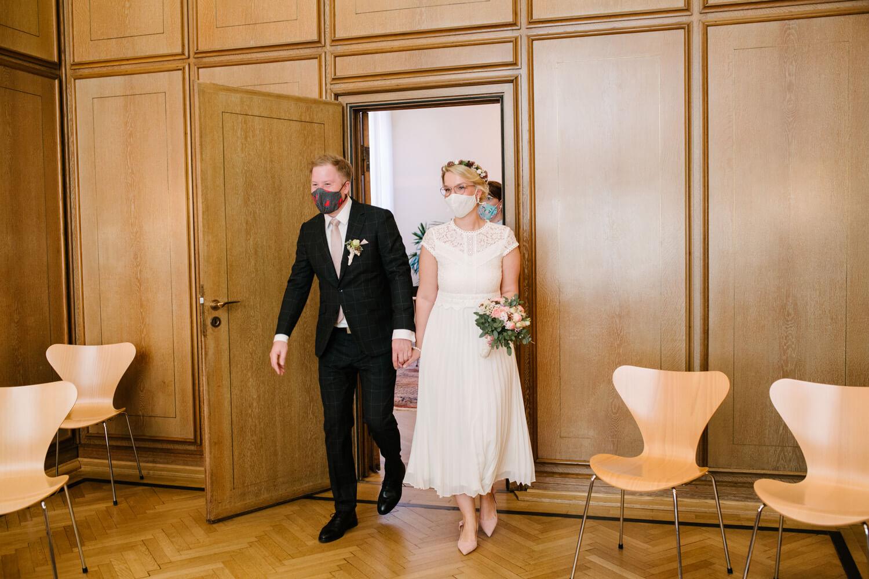 Brautpaar betritt die Stadtwaage Osnabrück. Hochzeit Standesamt Osnabrück.