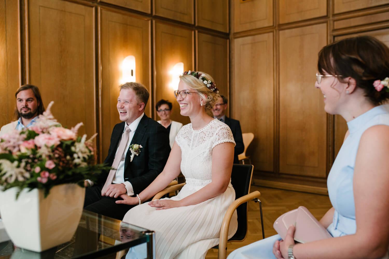 Brautpaar und Trauzeugen in der Stadtwaage in Osnabrück. Tischdekoration mit Eukalyptus. Hochzeit Standesamt Osnabrück