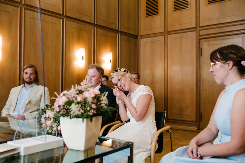Braut tupft sich die Tränen ab.Hochzeit Standesamt Osnabrück