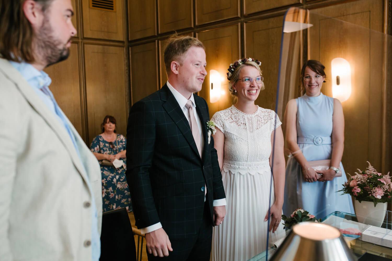 Standesamtliche Zeremonie des Brautpaares. Hochzeit Standesamt Osnabrück.