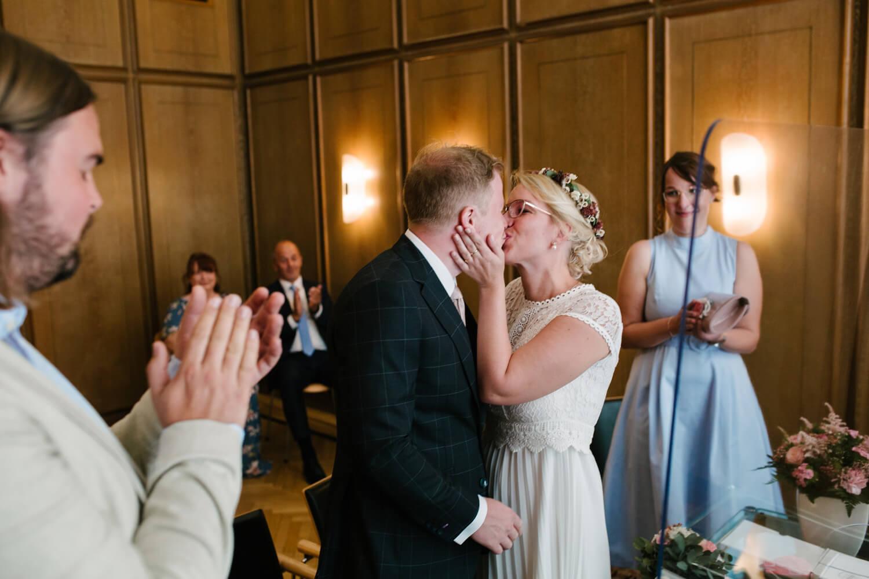 Brautpaar küsst sich im Standesamt in Osnabrück. Hochzeit Standesamt Osnabrück.