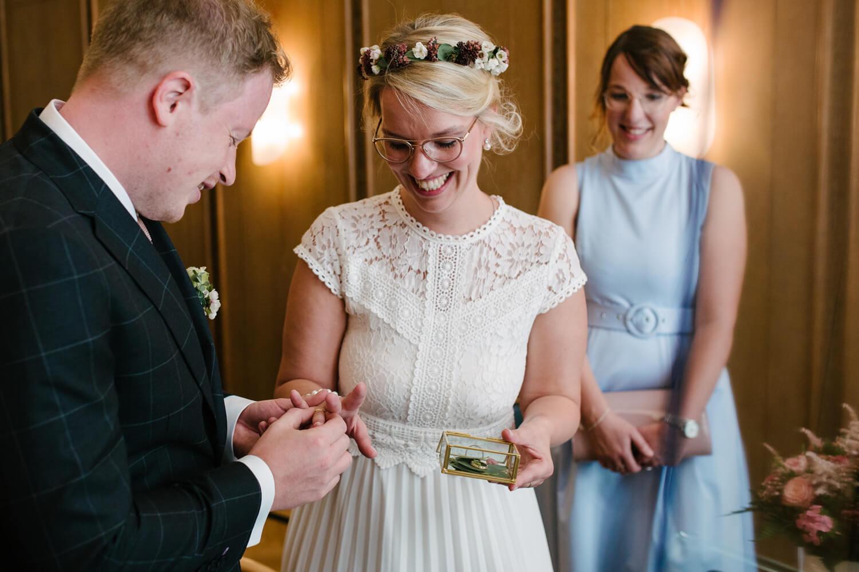 Bräutigam steckt der Braut den Ehering an. Hochzeit Standesamt Osnabrück