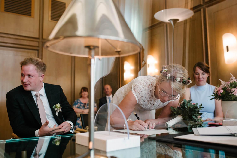 Braut unterschreibt im Standesamt. Hochzeit Standesamt Osnabrück.