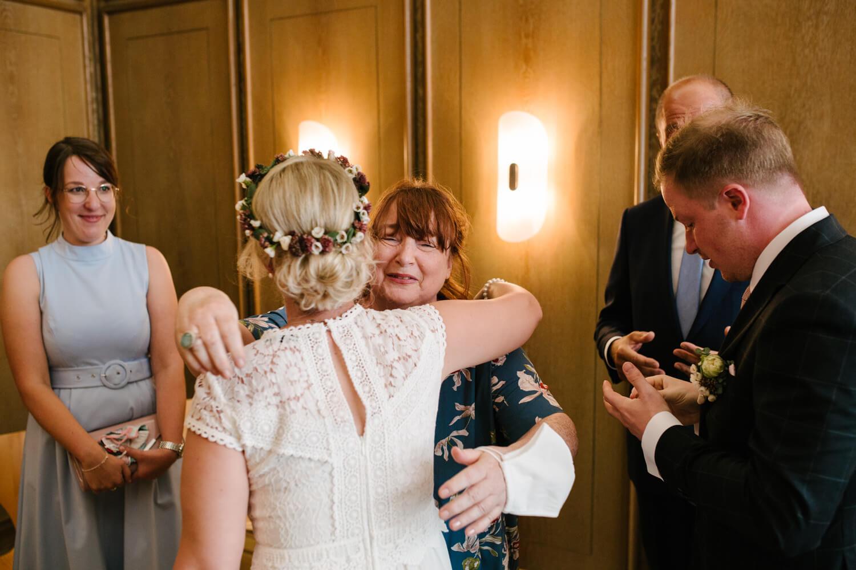 Schwiegermutter gratuliert der Braut. Hochzeit Standesamt Osnabrück.