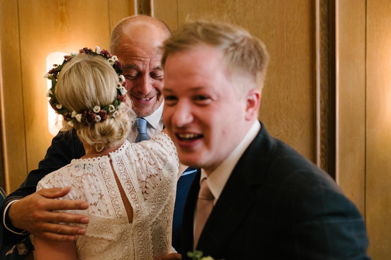 Schwiegervater gratuliert der Braut. Hochzeit Standesamt Osnabrück.