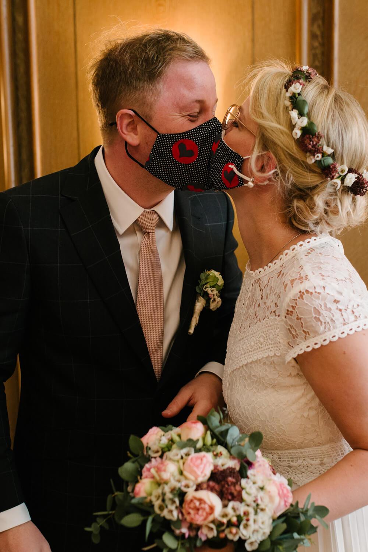 Kuss mit Maske. Hochzeit Standesamt Osnabrück.